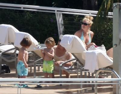 Britney Spears & Kids Take In The Sun.  Photo: Splashnewsonline.com