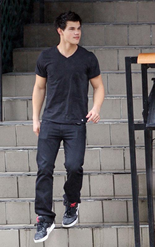 Taylor Lautner Taking A Break.  Photo: Bauergriffen.com