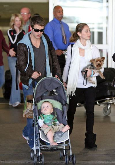 Joey McIntyre With Wife Barret & Son Griffen.  Photo: TheInsider.com