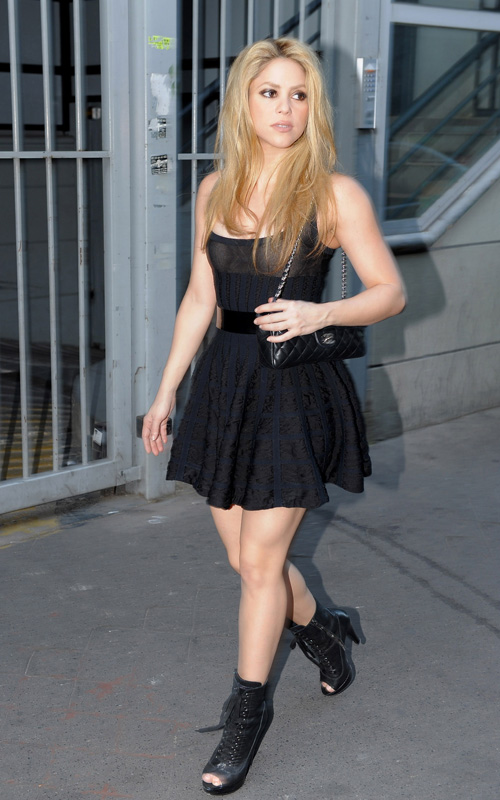 Shakira Leaving Photoshoot 08/04/09 Photo: FilmMagic.com