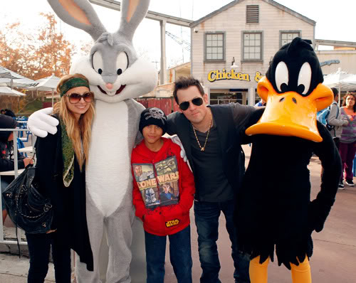 Nicole Ritchie & Joel Madden With Bugs & Daffy.  Photo: Wireimage.com