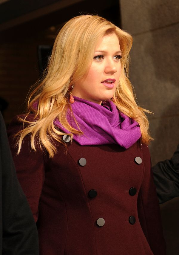 Kelly Clarkson Photo: (Official U.S. Marine Corps photograph by Kathy Reesey)